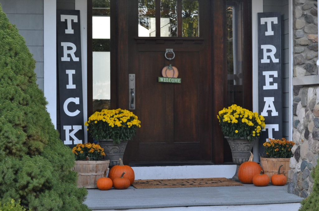 fall front porch trick or treat decor